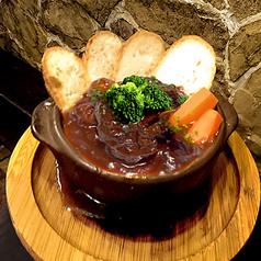 ALL¥500均一★牛すじ肉の赤ワインデミ煮込み