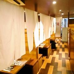 【半個室風テーブル席】観光客、出張中のカジュアルな接待にもぴったりな半個室風テーブル席。人目を気にせず会話を楽しむことが可能です。