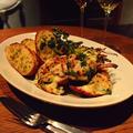 料理メニュー写真オマール海老のグラタンソース ガーリックトーストと共に