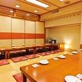【菖蒲(あやめ)の間】(16名様~28名様まで)こちらは大人数用の、広々とした掘りごたつ席の個室です。皆さんでワイワイとお楽しみ下さい 。