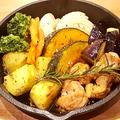 料理メニュー写真ローズマリー薫る野菜と若鶏のオーブン焼き