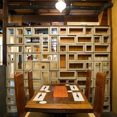 【テーブル席】(4名様)会話が弾むテーブル席をご用意しております。見た目も楽しい装飾がお客様をお出迎えします。その他にもカウンターでぼちぼち、座敷でゆったりとお席も様々です。シーンに合わせてお席をご予約ください。