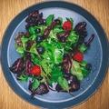 料理メニュー写真鶏レバーと季節野菜、フルーツの温かいサラダ