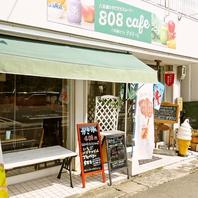 カフェスペースだけでなく、新鮮な野菜や果物の販売も!