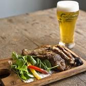 骨付き鳥とよく冷えた生ビールの相性は抜群!お昼からアルコールメニューも取り扱っているのでお好きな時間に愉しめる。