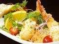 料理メニュー写真海老のフリットとアボカドのほうれん草サラダ