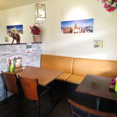 店内には4名テーブルが5卓と2名テーブルが2卓の計24席ございます。壁際は背面ソファとなっておりますので、ご家族連れでもゆったりとお食事をお楽しみ頂けます!