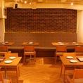 隣の席との間隔はゆったりととっているテーブル席は、歓送迎会や各種宴会に大人気のお席です。落ち着いた大人の空間で美味しいお食事をお楽しみください。 【肉バル/自家製ローストビーフ/飲み放題/ランチ】