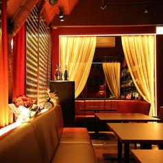 2名様から3名様でご利用いただけるテーブル席。ワインレットのカーテンで間仕切りすれば、隣のお席を気にせずゆったりお過ごしいただけます。