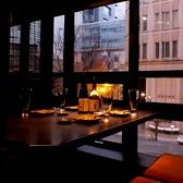 人気の窓際テーブル席です♪夜には夜景も楽しめます。眠らない街新宿ならではの行き交う車とお店のネオンがお酒を更に美味しくさせてくれます。