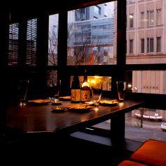 人気の窓際テーブル♪夜には夜景も!?眠らない街新宿は、夜こそ風景の本番です。行き交う車と店のネオンがお酒を更に美味しくさせてくれます。営業開始は16:00、営業終了は翌5:00まで。新宿の夕暮れから深夜までを楽しんでいただけます。