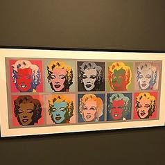 2階はアンディ・ウォーホルの現代アートがお出迎えいたします。