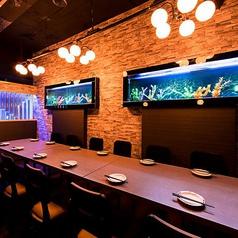 水槽の見えるテーブル席!こちらのテーブル席は女性のお客様に大人気♪落ち着いてくつろげる個室空間でゆっくりとお食事・ご歓談をお楽しみ頂きたいお客様におすすめしております!