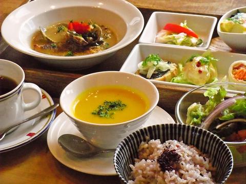 1日限定25食のランチあり。季節感があり、おかわり自由の雑穀ご飯が体に嬉しい。