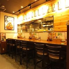 【神田】2人で飲むのも、お仕事帰りに一人でふらっと立ち寄りもOK♪目の前で調理の様子が見える、ライブ感のあるお席です!<焼き鳥/居酒屋>