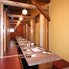 2名様~最大16名様までご利用いただける掘りごたつ式の個室。木のぬくもりと暖かい光が心地良い空間です。廊下に沿って一列に個室が並んでおり、お客様の人数に合わせてお部屋を調整できます。会社の各種ご宴会やプライベートの飲み会などのご利用にいかがでしょうか? ※コロナ対策のため通常より席数を減らしています。