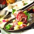 北海道直送『エゾ鹿』料理も自慢です!鹿肉は馬肉と共通する点が多く、とてもヘルシーなお肉です。赤身は濃厚で脂肪分が少なく、カロリーも控えめ。鹿肉の生ハムやスペアリブ、鉄板炒めなど、他の居酒屋ではなかなか食べることができない料理を味わっていただけます。
