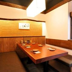 6名様用の落ち着いたテーブル。「和」を意識した心地よい空間のお席です。周りの目を気にせずご宴会も♪ゆっくりくつろげるお席ですので是非ご利用ください。どのお席も楽しくお酒の飲める造りになっておりますので是非一度、ご来店ください♪