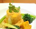 料理メニュー写真エビとホタテのムース ソースアメリケーヌ