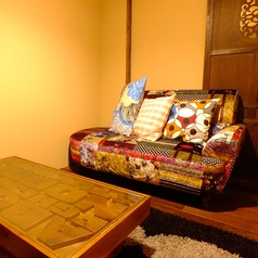 【入り口そばの完全個室】おしゃれなソファーと一体感のある空間が特徴のお部屋。 ★全室テレビ、DVDプレイヤー、冷暖房完備