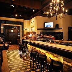 【1F カウンター席】中央に構える大理石のカウンター席。お一人様のご来店や、カップルでのご利用に最適。おしゃれな雰囲気の中でゆっくりとお酒やお食事をお楽しみください。