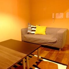 【入口そばの完全個室】かわいいカーペットが特徴のお部屋。 ★全室テレビ、DVDプレイヤー、冷暖房完備