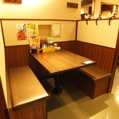 【神田】ソファー席はごゆっくりおくつろぎいただけます!2人で飲むのも、お仕事帰りに一人でふらっと立ち寄りもOK♪ <焼き鳥/居酒屋>
