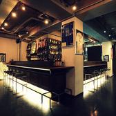 ダイニングバーの象徴ともいえるバーカウンター。店内は照明を落とし少し暗めのいい雰囲気が。