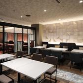 片側ソファーと椅子のテーブル席は10名様~16名様まで半個室としてご利用いただけます。用途に応じて使い方も様々♪テーブルを並べることも可能です。