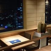 【大きな窓から景色も楽しめる広々お席】窓際テーブル席は接待での利用にもおすすめ。ご家族でのご利用ならお子様も喜ぶこと間違いなし!