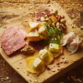 料理メニュー写真自家製燻製の5種盛り合わせ