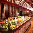 全長約5メートルのビュッフェカウンターには、常時30種の絶品料理がずらり。長野県より直送の新鮮なお野菜をお召し上がりいただけます。「ポンデケイジョ」や「フェイジョアーダ」など、癖になる味わいのブラジル野菜あり!苦味・辛味にやみつきに!ヘルシーに食べ放題をお楽しみいただけます。