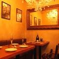 シャンデリア煌くリュクスなテーブル席では上質なお酒と本場スペイン料理をご堪能下さい。
