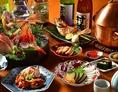今宵は大宮のカジュアル割烹で、じっくり新潟・佐渡の旬、美酒美食を囲んで語り合う!豪華な「特選お造り盛合せ」をはじめとした、日本海の旬の新鮮食材を使った豪華お料理の数々を贅沢に堪能ください。宴を豪華に彩る宴会コースオプションは『+500円で新潟地酒15種も飲み放題』『+500円で飲み放題1時間延長』などご用意!