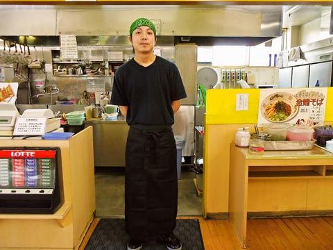 スタッフも仲良く活気ある店内。豊富なメニューは格安!早くて美味いラーメン店。