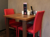 赤と白の椅子がアクセントの店内!テーブルは4名席×2卓、2名席×1卓あり。