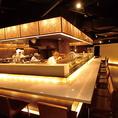 【メインダイニング】活気溢れるオープンキッチンを中心にカウンター・テーブル席がございます。