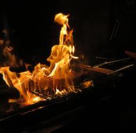 炭火で焼き上げる肉!