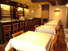 仲間とゆっくり話すならテーブル席に決まり★席を組み合わせることも可能です。