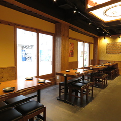 《1F/テーブル席》落ち着いた昭和レトロな雰囲気の店内に、4名様用のテーブル席をご用意しております。どんな場面にも使いやすいので、ぜひ皆様でお立ち寄りください☆