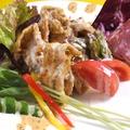 料理メニュー写真チキンのフリットとサラミのよくばりサラダ