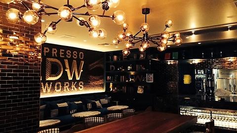 NYスタイルのエスプレッソカフェ。昼はカフェや軽食、夜はワインやタパスを楽しんで