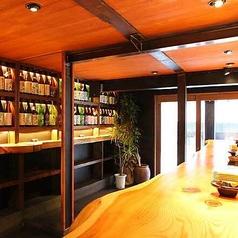 【お仕事帰りのサク飲みにも◎】JR長野駅善光寺口より徒歩2分の好立地。お仕事帰りなどにも気軽に立ち寄りやすいカウンター席をご用意しております。お洒落で和モダンな雰囲気の中で、種類豊富な地酒とともに自慢のお料理をお楽しみいただけます。