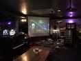 スクリーンでは常時JazzやSoulを大画面、良音質でお楽しみいただけます