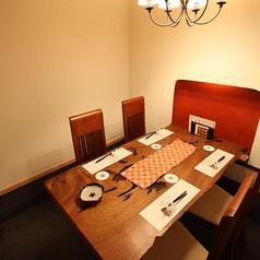 【個室テーブル(2~4名様)】少人数での宴会や集まりに最適なお席と空間です。これからの寒い季節に食べたくなる鍋!3~4名様での鍋パーティーなどに最適なお席です。ゆったりのんびりお過ごしいただけますので是非ご利用ください。
