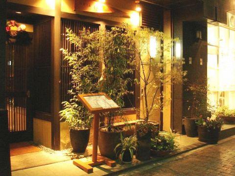 凛とした門構えの奥はジャズの聞こえる和める空間。旬素材を使った料理をご賞味あれ。