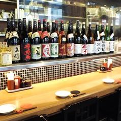 ゆっくりと落ち着けるカウンター席は、会社帰りや気分転換でのおひとりさまの飲みにもオススメです。また、目の前には日本酒や焼酎などがズラリと並んでおり、珍しい物など種類豊富にご用意しております。お酒好きにはたまりません。