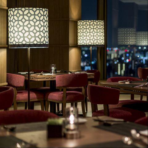 夜景が一望できるホテル最上階レストランで週末のディナーはいかがですか? 土日限定で乾杯酒にシャンパンをお付けいたします! 東京の絶景を見下ろす落ち着いた雰囲気の空間で、週末の特別なひと時をお楽しみください。※こちらのプランはお電話にてお問い合わせください。 ≪お一人様:8,000円≫