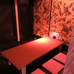 落ち着いた照明の座敷個室