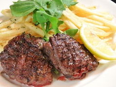 料理メニュー写真牛肉のグリル 山盛りポテトフライ